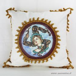 Cuscino stile siciliano stampa Trinacria con passamaneria